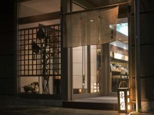 酒志 宴屋(すし えんや):行燈が灯った時間帯です